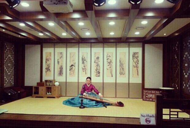 pertunjukan harpa 12 senar di Traditional Culture Experience, Incheon Airport