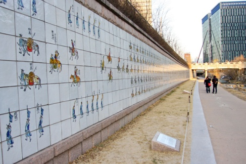 Wall of painting ceramic in Chyeonggyecheon Stream