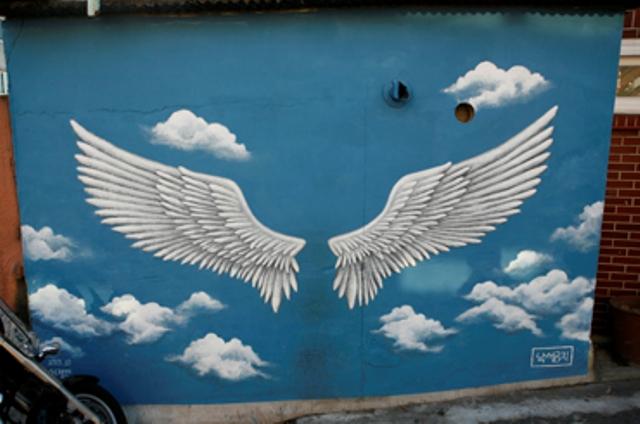 """Lukisan sayap malaikat dimana Lee Seunggi pernah berpose disini dalam perjalanannya menuju Naksan Park di acara """"1 Night 2 Days"""" (photo source credit to : VisitSeoul)"""