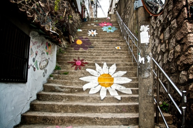 Daisy Stairway at Ihwa Village, Seoul (photo source credit to to : http://asleepatheavensgate.com)