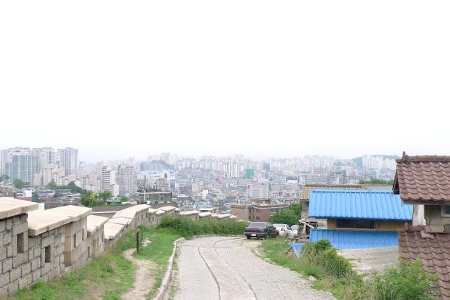 barisan Seoul Fortress Wall di pegunungan Naksan (photo source credit to : seoulotraveller)